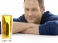 Мужчина смотрит на стакан с пивом