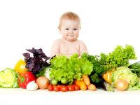 Ребенок, свежие овощи и фрукты