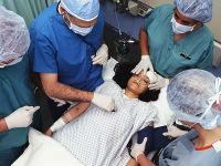 Врачи оказывают неотложную помощь пациентке