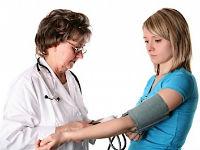 Врач измеряет давление пациентке