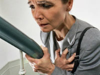 У женщины боль в груди