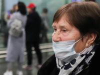Пожилая женщина в маске