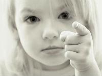 Ребенок показывает указательным пальцем