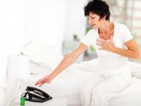Женщина с болью в сердце вызывает скорую помощь