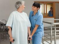 Сеанс реабилитации у женщины после инсульта