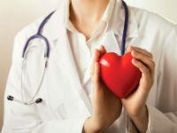 Врач держит в руках красное сердце