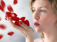 Девушка и красные лепестки роз