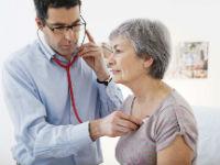 Врач выслушивает сердце у пациентки