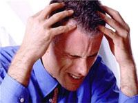 мужчина страдает от головной боли