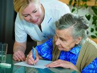 Реабилитолог занимается с пациенткой
