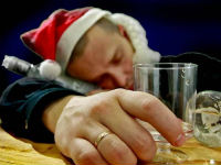 Пьяный мужчина уснул за столом
