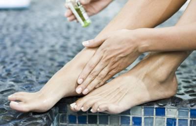 Нанесение мази на стопы ног