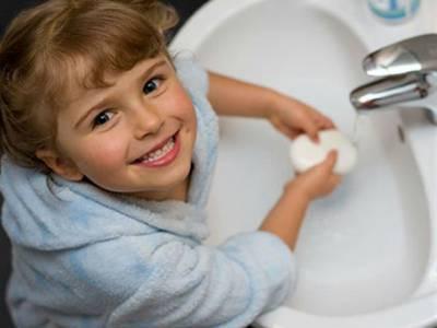 Ребенок моет руки с мылом