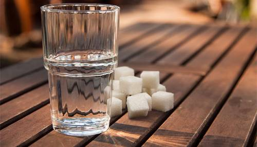 Сахар и стакан воды