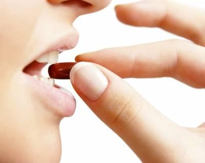 Прием капсулы медикамента