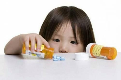 Ребенок играет с таблетками