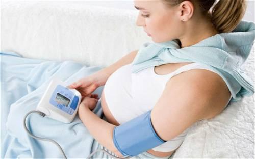 Измерение АД у беременной женщины