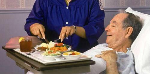 Прием пищи у пациента после инсульта