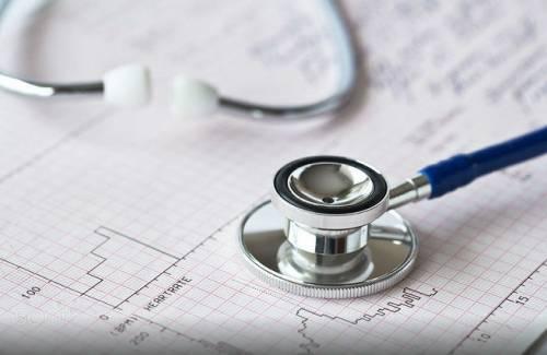 кардиограмма и стетоскоп