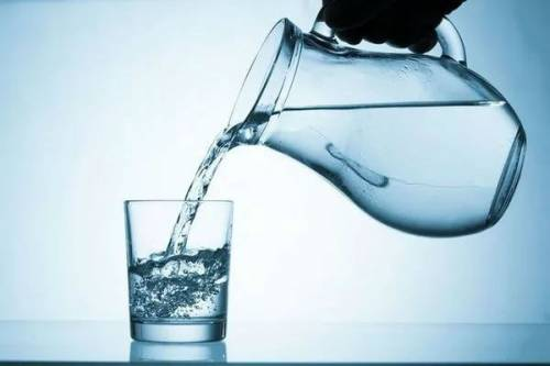 Графин с чистой водой