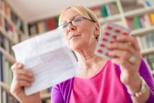 Женщина изучает инструкцию к препарату