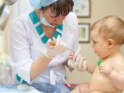 Забор крови из пальца у маленького ребенка