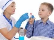 Забор крови из пальца у ребенка
