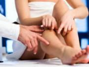 Женщина с болью в ногах на консультации у врача