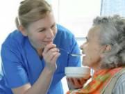 Медсестра кормит пациентку
