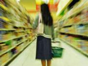 Девушка выбирает продукты в магазине