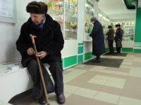 Пожилой мужчина в аптеке